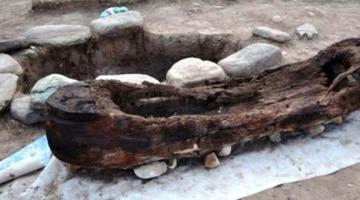 На Алтае нашли детское погребение в виде лодки